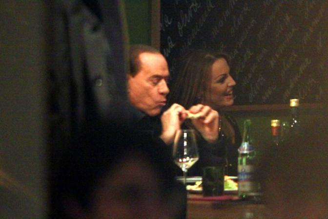 L ex premier Silvio Berlusconi a cena con Francesca Pascale in una pizzeria al termine del vertice del Pdl a Milano (Paolo Salmoirago)