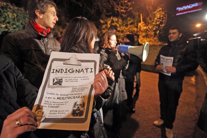 La protesta dei Giovani Democratici all'esterno della discoteca «Paradiso» di Rimini (Ansa)
