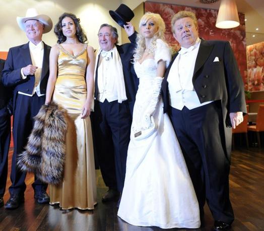 Nel lungo abito dorato, la stola di pelliccia stretta in mano, Ruby è accanto al «re del calcestruzzo» Richard Lugner, 78 anni, l'imprenditore austriaco che ogni anno punta a scompigliare la capitale invitando attrici e starlette nel palco d'onore. Con loro sorridono l'attore Larry Hagman, che sublima la nostalgia del ranch di Dallas sfoggiando un cappello bianco da cowboy con lo smoking; Anastasia, 21 anni, fidanzata di Lugner, ed Helmut Werner, compagno della figlia del costruttore. Lapidario il cantante Bob Geldof, 59 anni, che sfila sul red carpet: «A Ruby piacciono gli anziani, forse con lei ho una chance». (Epa)
