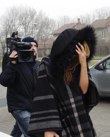 Una ragazza si nasconde a cameramen e fotografi (Newpress)