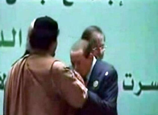 Berlusconi bacia la mano a Gheddafi (Fotogramma)