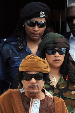 Gheddafi con le sue amazzoni (Ansa)