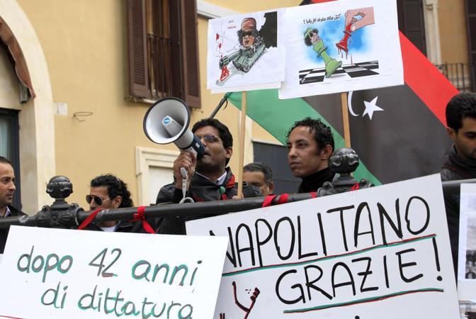 Pochi ma determinati a far sentire la loro voce. I cittadini libici residenti in Italia sostengono la rivolta contro il Colonello con un presidio in Piazza Montecitorio, a Roma (LaPresse)