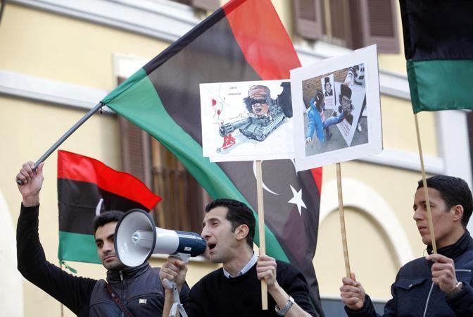 Nei cartelli vignette e frasi come «Gheddafi è un assassino», «Libia libera e unita», «Via il dittatore da Tripoli» (LaPresse)