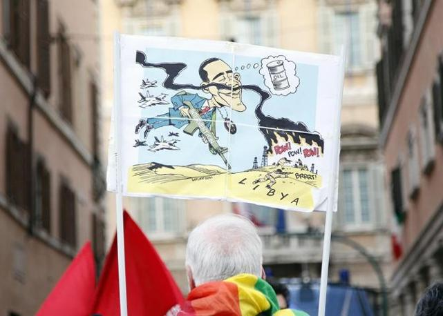 Sempre a Roma, in piazza Navona sit-in contro di raid aerei occidentali in Libia, sfilano i militanti di Rifondazione comunista (Blow Up)