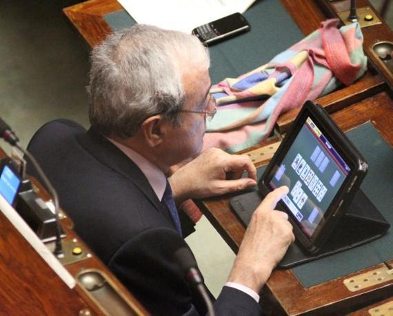 Ma il gioco in Aula non è solo un vezzo da finiani: Antonio Martino, del Pdl,  gioca a carte con il suo tablet (Di Vita)