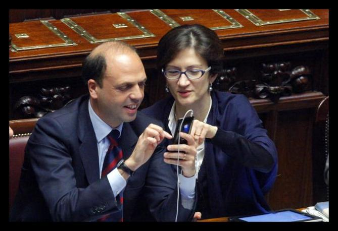Anche gli esponenti del governo hanno utilizzato i tempi lunghi della seduta per trastullarsi con la tecnologia. Il ministro Alfano e il ministro Gelmini si dilettano con uno smartphone (Lapresse)
