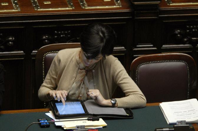 Ilo ministro Carfagna usa l'iPad per la stesura di un messaggio email (Carofei)