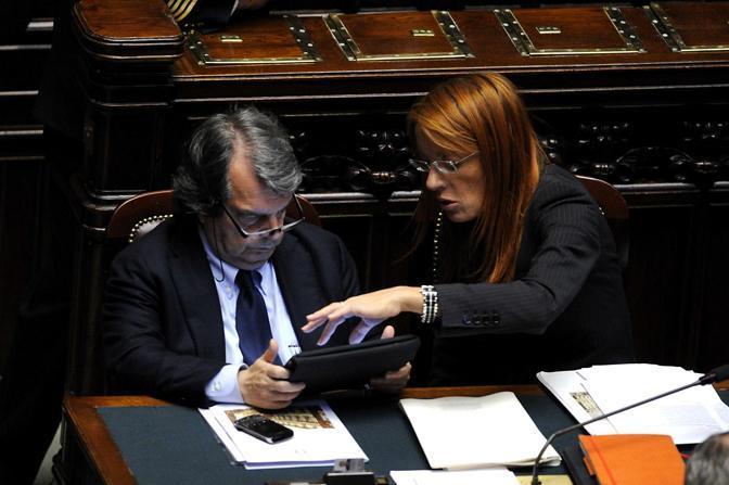Il ministro Brunetta e il ministro Brambilla: anche loro stregati dall'iPad durante la discussione sul processo breve (Photomasi)