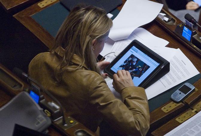 Deborah Bergamini, Pdl, guarda nell' iPad la foto uscita sul sito del Corriere della Sera che ritrae il deputato Antonio Martino mentre gioca a carte con l'Ipad (Ansa)