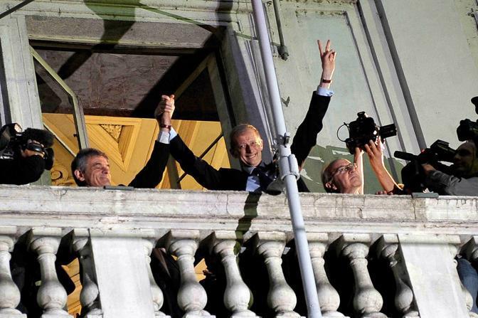 Piero Fassino festeggia la vittoria alle elezioni di Torino con il sindaco uscente Sergio Chiamparino (Lapresse)