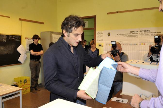 Il candidato sindaco Michele Coppola alle urne a Torino (Fotogramma)