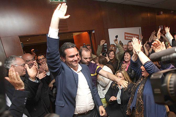 Luigi De Magistris a Napoli festeggia il risultato elettorale (Ansa)