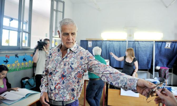 Roberto Formigoni vota al ballottaggio per l'elezione del sindaco di Milano. Per lui un look molto diverso dalla grisaglia presidenziale con cui viene ritratto abitualmente  (Fotogramma)