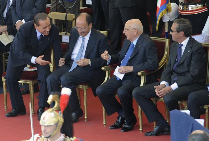Il presidente della Repubblica Giorgio Napolitano parla con il presidente del Consiglio Silvio Berlusconi (Ansa)