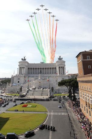Festa della Repubblica 2 giugno 2011: le celebrazioni si aprono con il passaggio delle Frecce Tricolori e l'omaggio di Napolitano all'Altare del Milite Ignoto  (Jpeg)