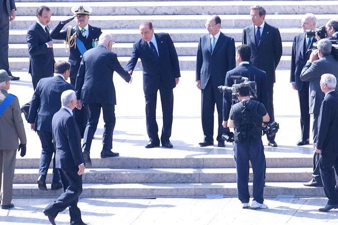 Il presidente del Consiglio Silvio Berlusconi accoglie  il Presidente della Repubblica Giorgio Napolitano ai piedi dell'Altare della Patria (Jpeg)