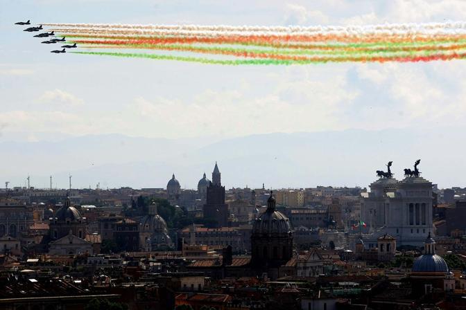 Il passaggio delle Frecce Tricolori nel cielo di Roma (Roberto Monaldo / LaPresse)