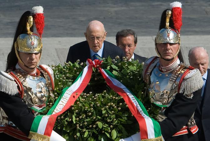 Il presidente della Repubblica Napolitano di fronte alla tomba del Milite Ignoto. A destra il presidente della Camera Gianfranco Fini (Paolo Giandotti /Ansa)