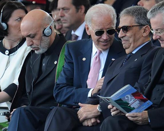 I leader ospiti: da sinistra il presidente afghano Karzai, il vicepresidente Usa Joe Biden che parla con il segretario generale della Lega Araba Amr Moussa (Ansa)