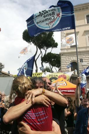 Abbracci in piazza della Bocca della verità (Eidon)