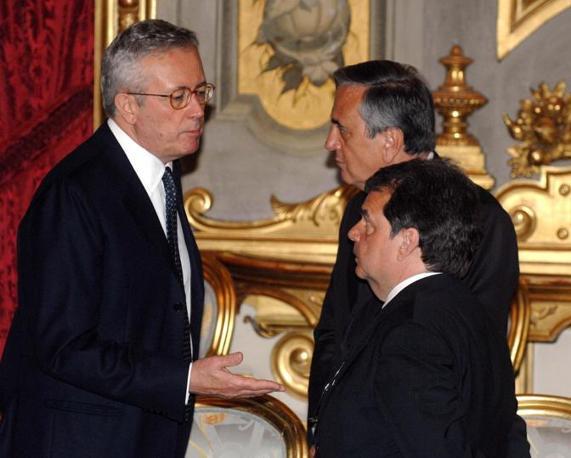 Giulio Tremonti e Renato Brunetta (sullo sfondo Sacconi) durante la cerimonia di giuramento del governo (Italyphotopress)