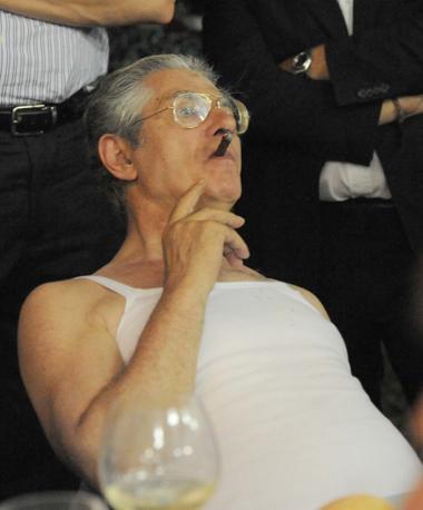 Sigaro e canottiera bianca. A una festa nel cremonese, il ministro Umberto Bossi rispolvera una «mise» cara alla Lega. (Stefano Cavicchi)