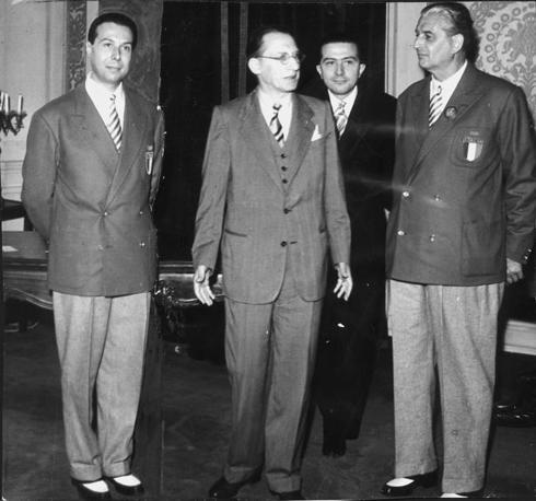 Andreotti alle spalle di Alcide De Gasperi