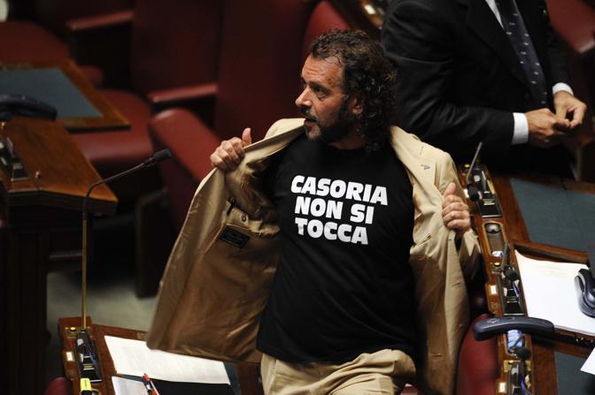 Il deputato Francesco Barbato indossa una maglietta per sostenere la vertenza Alenia. Nera, con la scritta cubitale bianca «Casoria non si tocca»  (Liverani)