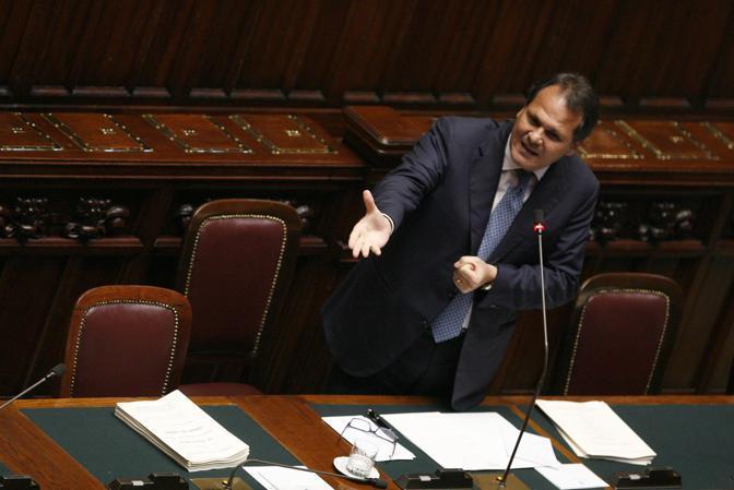 Numerose assenze tra i banchi del governo durante l'intervento di Romano (Graffiti)