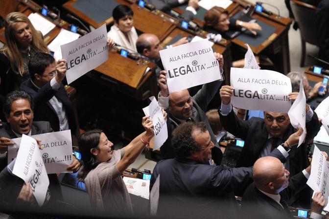 Un'altra protesta dei finiani contro la Lega. I deputati del Carroccio, Umberto Bossi in primis, hanno promesso di votare a favore d Romano (Marco Lanni)