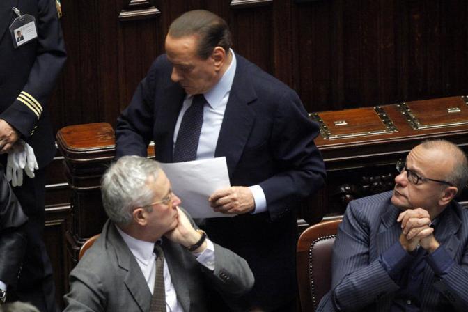 Il presidente del Consiglio passa davanti  al ministro dell'Economia Giulio Tremonti, ignorandolo (LaPresse/Scrobogna)
