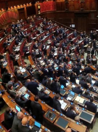 Due file di commessi nell aula della Camera per proteggere i deputati di Fli oggetto di contestazione da parte dei colleghi della Lega e del Pdl  (Ansa)