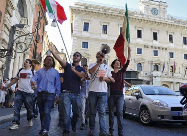 La protesta del presidio di protesta davanti a Montecitorio (Fotogramma)