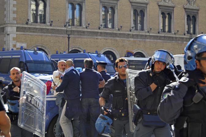 La polizia controlla la situazione (Fotogramma)