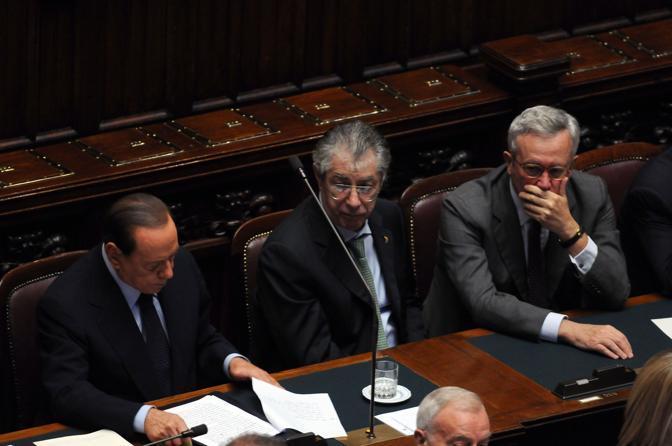 Berlusconi rilegge il discorso prima di prendere la parola