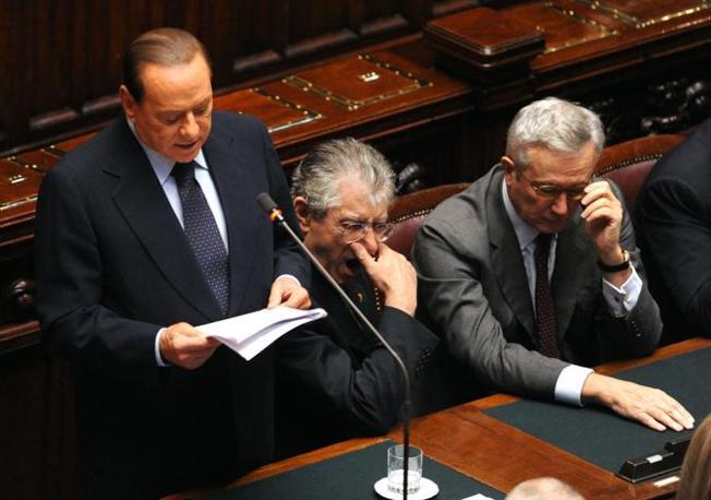 Ma dopo qualche minuto la tensione gioca un brutto scherzo a Umberto Bossi, che non riesce a trattenere uno sbadiglio (Lingria)