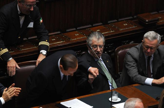 Al termine del discorso il senatur si complimenta con Berlusconi