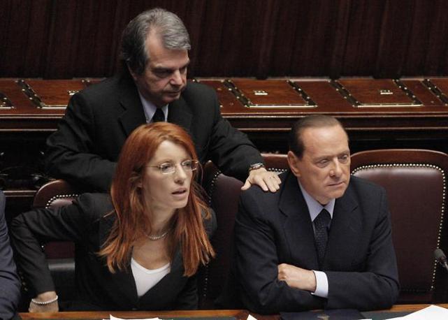 Al fianco del premier sedeva il ministro del Turismo Maria Vittoria Brambilla (Ansa)