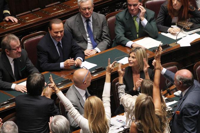 Per festeggiare la vittoria del voto di fiducia, un gruppo di parlamentari si è subito assiepato sotto i banchi del governo per esultare e congratularsi con Berlusconi. In prima fila alcune delle deputate più giovani e avvenenti  (Benvegnù - Guaitoli)