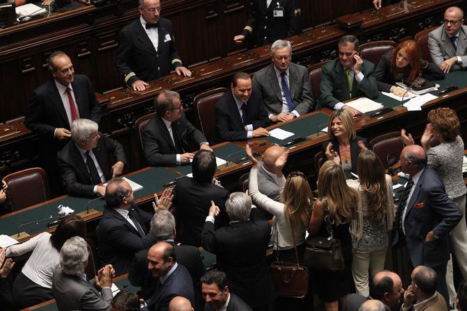 La tre parlamentari hanno cominciato ad applaudire a ritmo incalzante (Benvegnù - Guaitoli)