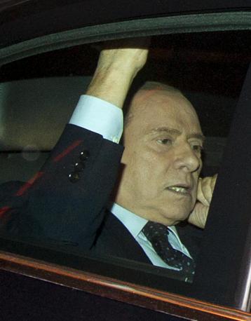 Berlusconi è stato accompagnato dai fischi dei contestatori all'uscita da Palazzo Chigi