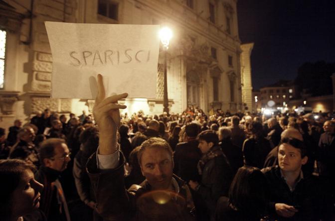 La folla davanti Montecitorio in attesa delle dimissioni di Silvio Berlusconi (Corriere della Sera)