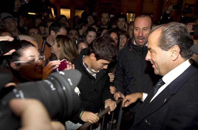 Anche Di Pietro tra la folla in festa (Ansa)