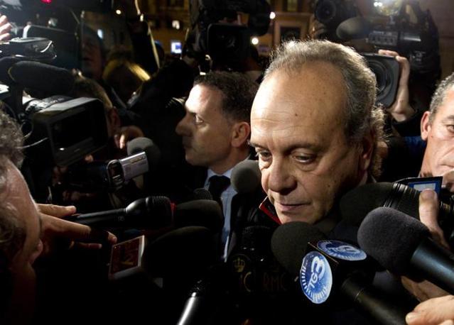 Il ministro Nitto Palma all'ingresso di Palazzo Grazioli parla con i giornalisti (Ansa)