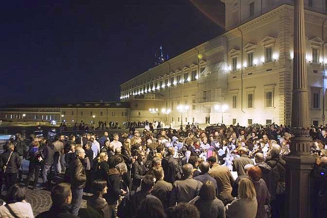 Col passare dei minuti, la folla si è concentrata in piazza del Quirinale. Alle 20.30 era infatti fissato l'incontro di Berlusconi con Napolitano per rassegnare le dimisisioni (Eidon)