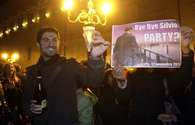 Brindisi in piazza di fronte al Quirinale (Reuters)
