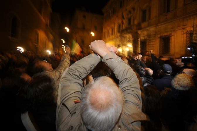 La folla inneggia al carcere per Berlusconi (Afp)