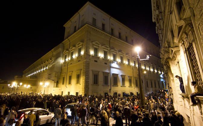 Folla in piazza del Quirinale. Un boato di gioia e esplosa alla notizia che Berlusconi si e dimesso da premier (Ansa)