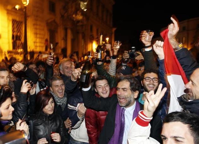 Anche il popolo viola brinda in piazza (Reuters)